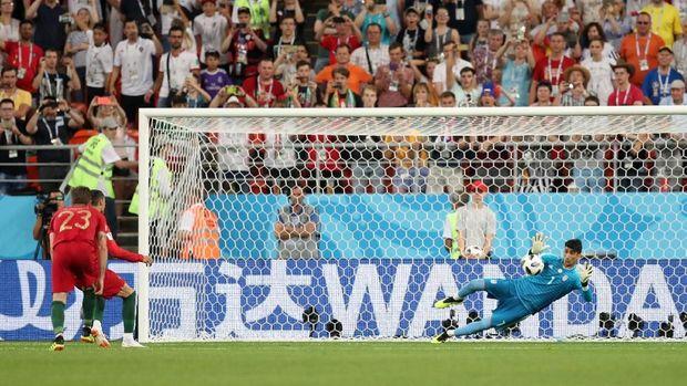 Kiper Iran Alireza Beiranvand menahan tendangan penalti Cristiano Ronaldo, di Mordovia Arena, Saransk, Rusia, 25 Juni.
