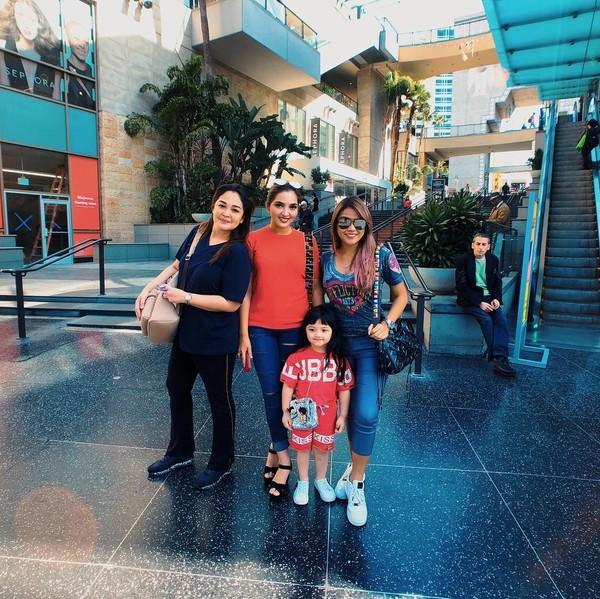 Di akun instagramnya masing-masing, Anang, Ashanty, Aurel, dan Azriel membagikan keseruan mereka di California. (ananghijau/Instagram)