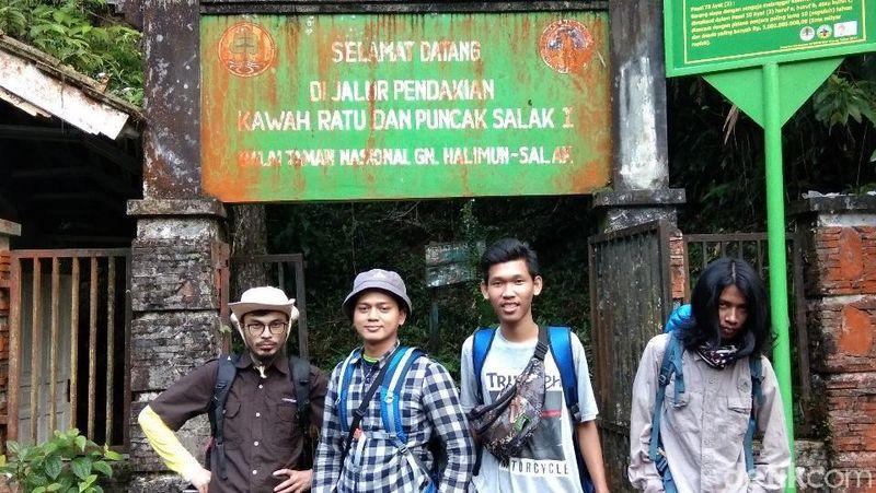 Bertualang ke Gunung Salak bisa jadi ide liburan singkat usai mencoblos dalam Pilkada Jawa Barat. Inilah Gerbang Rimba yang menjadi pintu masuk pendakian Gunung Salak (Muhammad Idris/detikTravel)