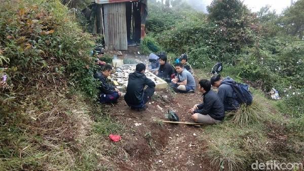 Selain papan, terdapat pula petilasan yang dikeramatkan di Puncak Manik. Tak jarang pendaki berpapasan dengan peziarah yang sengaja mendaki hanya untuk sekadar berziarah hingga tujuan lain, seperti mencari wangsit (Muhammad Idris/detikTravel)