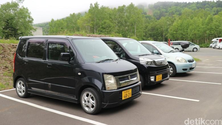 Mobil-mobil mungil di jalanan Jepang. Foto: Dina Rayanti