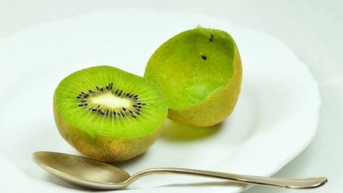 Sarapan buah kiwi pagi ini bisa punya sederet manfaat untuk kesehatanmu. Foto: iStock