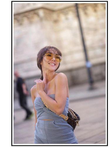Gisella memakai Louis Vuitton Bumbag.