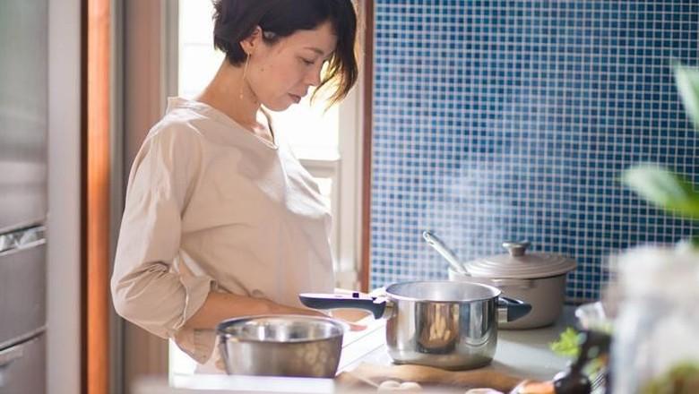 Ilustrasi ibu memasak/ Foto: iStock