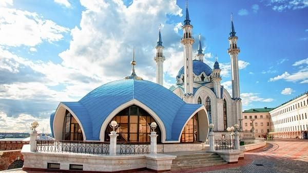 Masjid Kul Sharif memiliki dominasi warna yang cantik, yaitu putih dan biru. Arsitektur yangt cukup menonjol yaitu kubah dengan jendela lebar dan menara masjid yang menjulang. (Thinkstock)