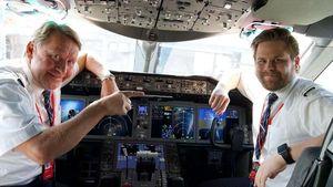 Kompak! Pasangan Ayah & Anak Ini Terbangkan Pesawat Bareng ke AS