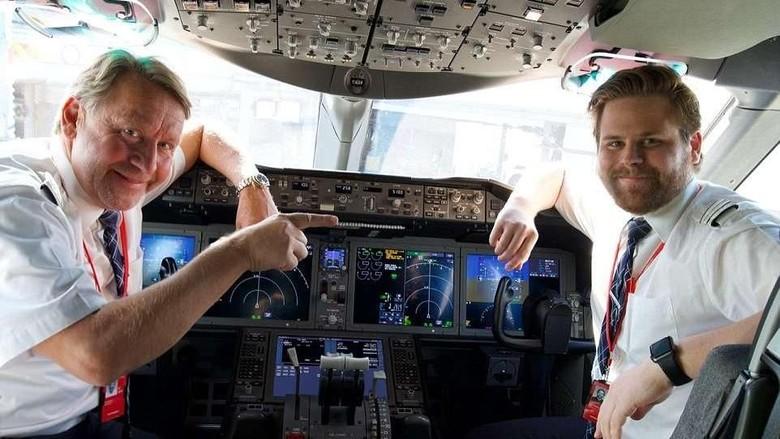 Foto: Pasangan ayah-anak Sven-Bertil dan Erik yang menerbangkan pesawat bareng (dok. Chase Burns/Norwegian)