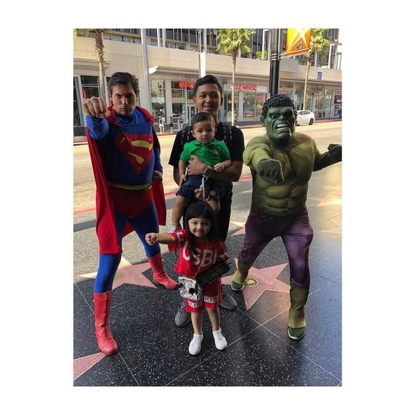 Lihat nih gaya Arsy, Arsya dan Azriel yang berfoto dengan karakter Hulk dan Superman di The Hollywoof of Fame. Gemas! (ashanty_ash/Instagram)