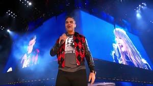Sukses Buka Piala Dunia, Robbie Williams Kejutkan Penonton Konser Taylor Swift