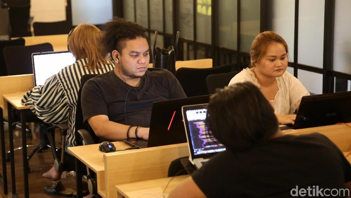 Ilustrasi suasana kerja startup. Foto: Agung Pambudhy