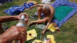 Ada-ada saja olahraga yang dilakukan kaum nudis di Prancis. Di siang bolong, mereka melakukan yoga bersama di sebuah taman tanpa mengenakan busana.