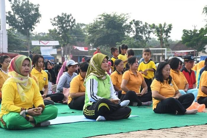 Yoga dipilih Chusnunia Chalim sebagai kegiatan yang menyehatkan untuk masyarakat Lampung Timur. Bakal calon Wakil Gubernur Lampung ini mengungkapkan bahwa yoga merupakan seni olahraga yang sangat lengkap. Di dalam tubuh yang sehat, terdapat jiwa yang kuat..#festivalyoga, tulis Nunik. Foto: Instagram/noenia_ch