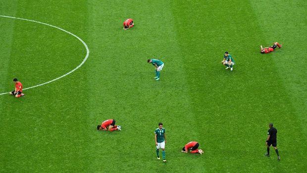 Pemain-pemain Korea Selatan berselebrasi setelah menang 2-0 atas Jerman di laga terakhir Grup F.