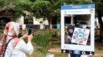 Warga Pekayon Bekasi Asyik Selfie di Booth Instagram