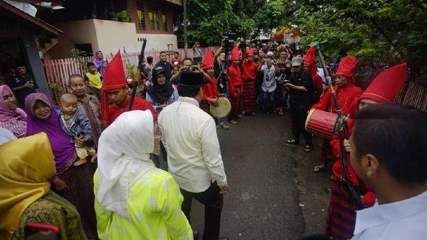 Mencoblos Pilgub Sulsel, Nurdin Halid Disambut Tari Gandrang Bulo
