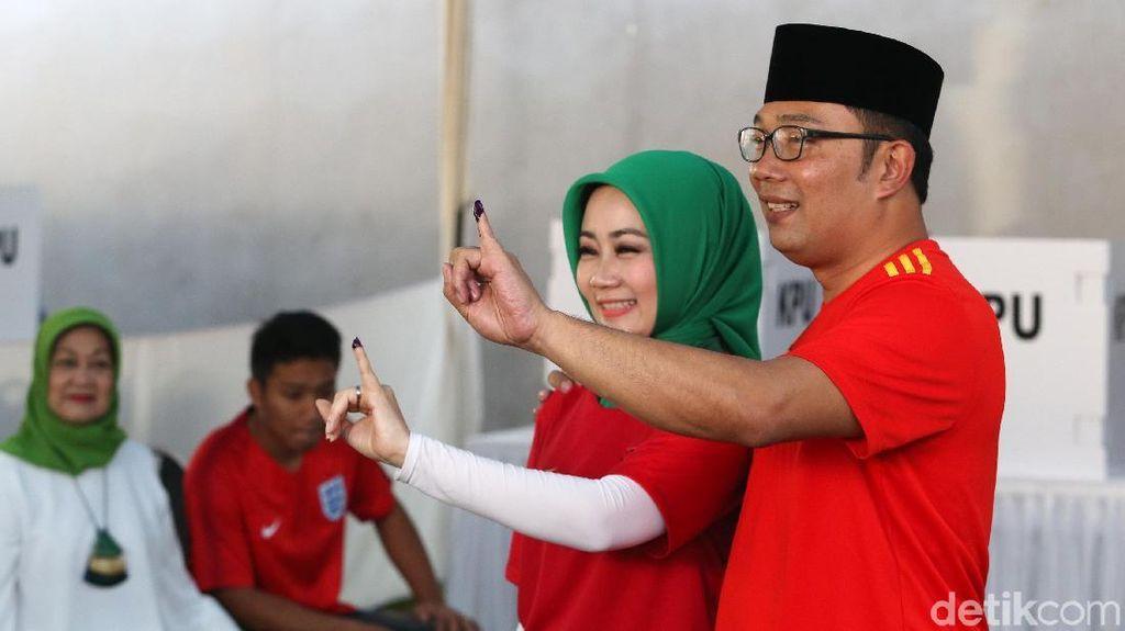 Gaya Hijab Istri Ridwan Kamil Saat Nyoblos, Santai Pakai Jersey