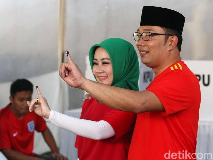 Ridwan Kamil dan Atalia Kamil memilih pakai jersey saat mencoblos di TPS 21 Kota Bandung. Foto: Ari Saputra