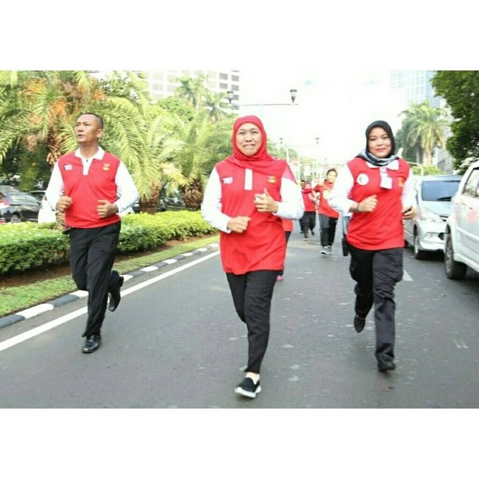 Terakhir, ada Khofifah Indar Parawansa. Calon Gubernur Jawa Timur yang unggul dalam perolehan suara itu juga kerap menjaga kesehatannya dengan berolahraga. Foto: Instagram/khofifah.ip