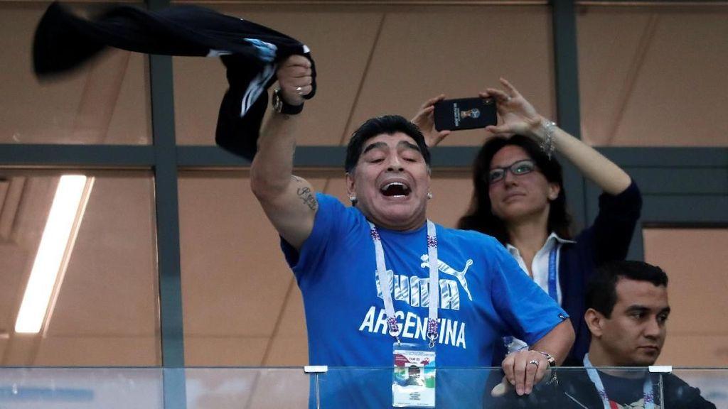Tiba di Meksiko, Maradona Dorong Fans yang Ingin Berfoto Dengannya