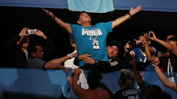 Diego Maradona beraksi dalam pertandingan Nigeria vs Argentina, di Saint Petersburg Stadium, Saint Petersburg, Rusia, 26 Juni