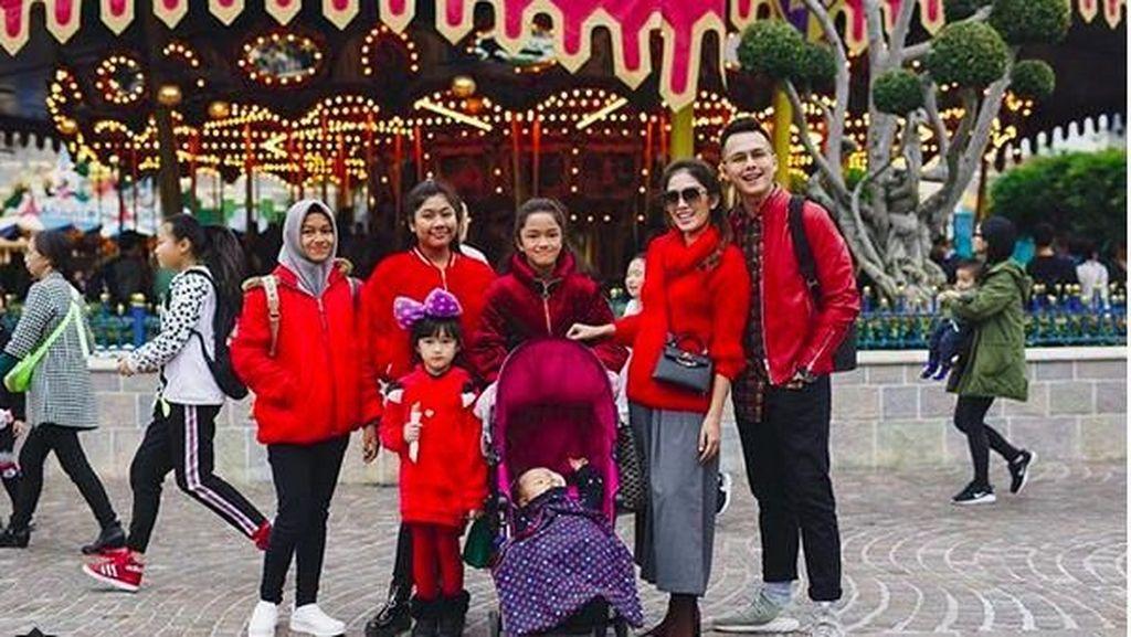 Kompaknya Ussy Sulistiawaty dan Keluarga Pakai Baju Kembaran