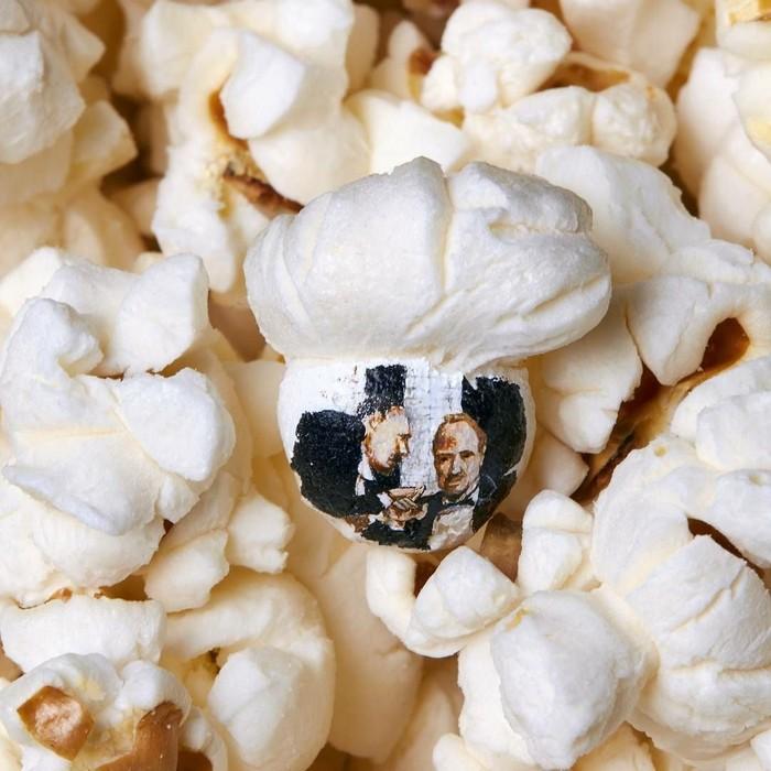 Seniman bernama Hasan Kale membuat micro art berbahan dasar popcorn. Popcorn dilukis sedemikian rupa hingga terlihat sangat indah. Foto: Instagram hasankale08