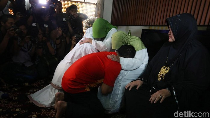 Cagub Jabar Ridwan Kamil melakukan prosesi sungkeman dengan sang ibu Tjutju Sukaesih di rumahnya Jalan Cigadung Selatan 7 No A28, Kelurahan Cigadung, Kecamatan Cibeunying Kaler, Kota Bandung, Rabu (27/6/2018).