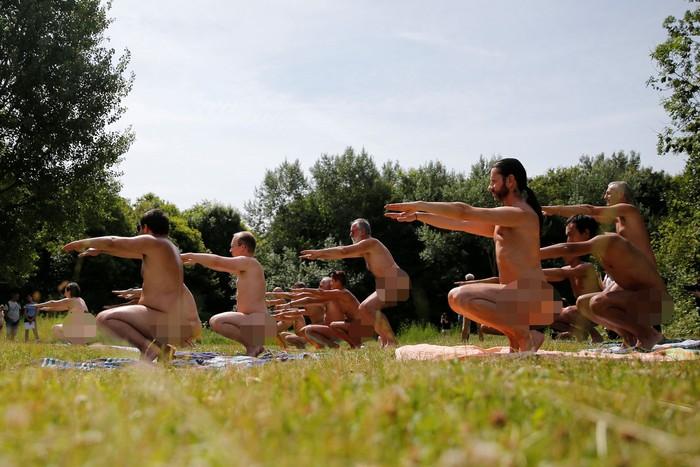 Yoga telanjang bersama itu digelar dalam rangka memperingati Parisian Day of Naturism. (REUTERS/Pascal Rossignol)