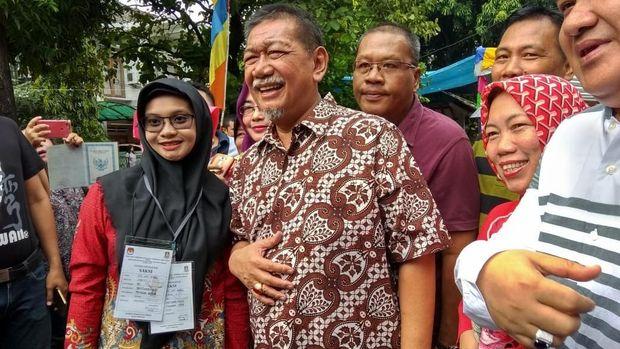 Nyoblos di Bekasi, Deddy Mizwar Diajak Foto Bareng Saksi TPS