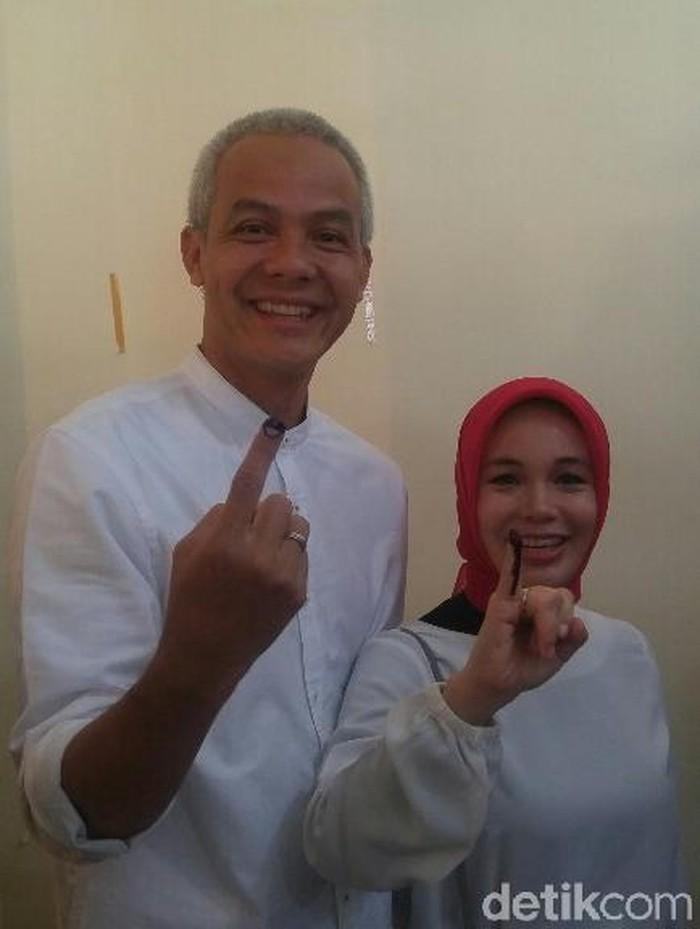 Ganjar Pranowo dan istrinya, Siti Atikoh, saat mencoblos di Pilkada Jateng. Foto: Angling Adhitya Purbaya/detikcom