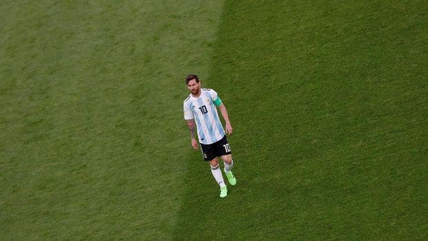 Lionel Messi memakai pita merah pemberian seorang wartawan di laga lawan Nigeria.