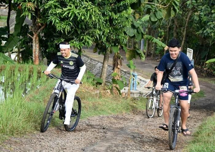 Calon wakil Gubernur Jawa Barat, Dedi Mulyadi ini juga senang melakukan olahraga. Seringkali ia mengunggah foto dirinya sedang bersepeda. Tanjakan harus membuat kita lebih semangat dan akan membuat kita semakin kuat, setrong, tulis Dedi. Foto: Instagram/dedimulyadi71