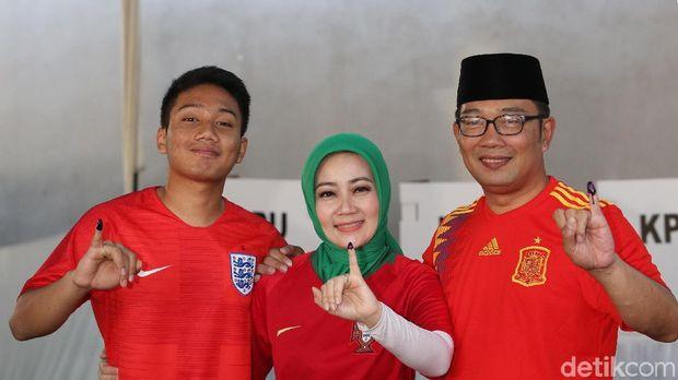 Ridwan Kamil dan Atalia Kamil memilih pakai jersey saat mencoblos di TPS 21 Kota Bandung.