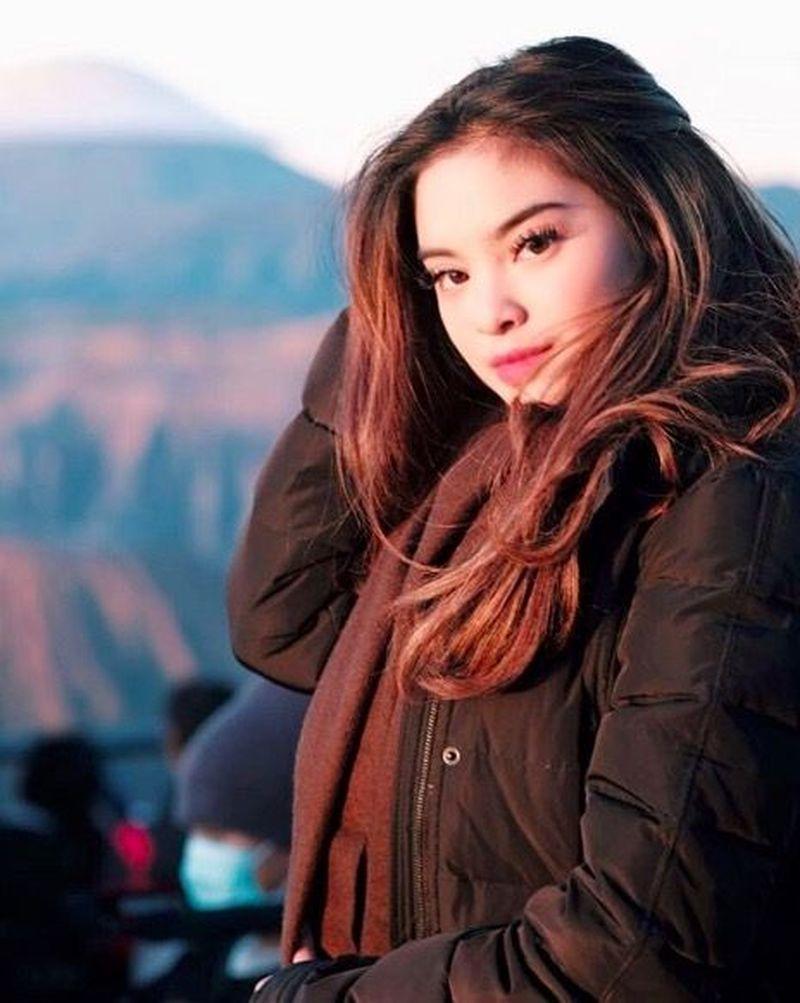 Syandria diketahui sering menjelajahi aneka tempat di dunia. Di Indonesia, ia pernah pergi ke Gunung Bromo (syandria/Instagram)