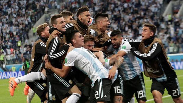 Timnas Argentina merayakan keberhasilan menembus babak 16 besar di Piala Dunia 2018.