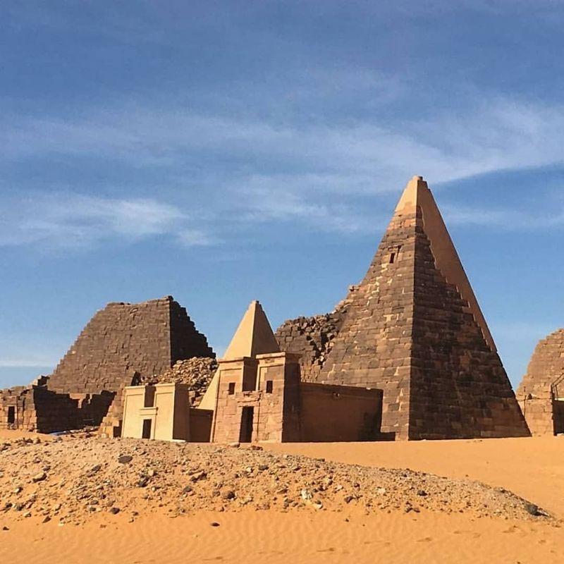 Jebel Barkal adalah kumpulan piramida di tengah hamparan gurun pasir di pegunungan Sudan. Berada di daerah butte atau bukit yang terisolasi di sisi curam, piramida berada di utara Sudan di Kota Karima. (riomalki/Instagram)