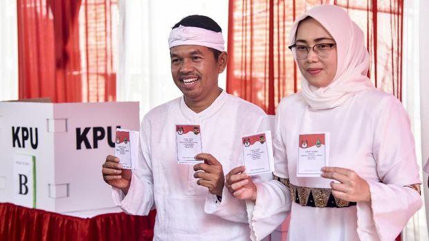 Bupati Purwakarta Anne Ratna Mustika (kanan), dan suaminya, Dedi Mulyadi (kiri).