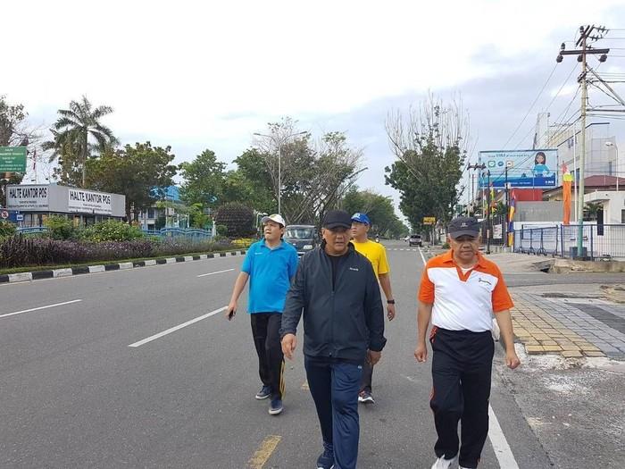 Olahraga rutin setiap hari menjadi pilihan calon Gubernur Riau, Arsyadjuliandi Rachman untuk menjaga kebugaran tubuh. Pagi ini saya jogging mengitari Pekanbaru untuk menjaga kebugaran saya sebelum kembali ke rutinitas kerja #SATURIAU, tulisnya. Foto: Instagram/andirachmangubri