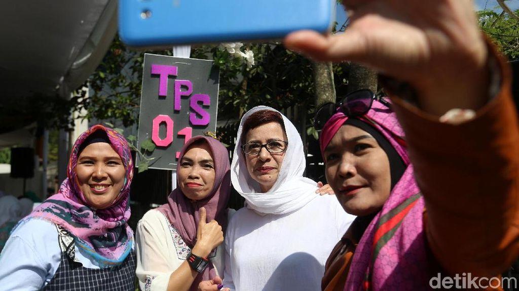 Usai Mencoblos, Nurul Arifin Ramai Diajak Selfie Ibu-ibu
