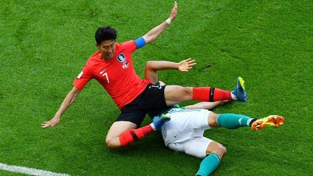 Pemain timnas Korea Selatan Son Heung-min berjibaku saat berduel dengan pemain timnas Jerman Mats Hummels, di South Kazan Arena, Kazan, Rusia, 27 Juni.