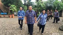 Disopiri Ibas Naik Mobil Golf, Ini Momen SBY Nyoblos di TPS