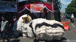 TPS di Situbondo Ini Tabur Hadiah dan Suguhkan Kesenian Macan-macanan