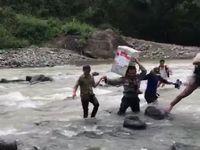 Brigpol Nasaruddin saat menyeberangi sungai