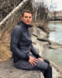 Sama seperti orang Eropa pada umumnya, Neuer suka aktivitas outdoor. Sembari liburan, sekalian pula berolahraga (manuelneuer/Instagram)