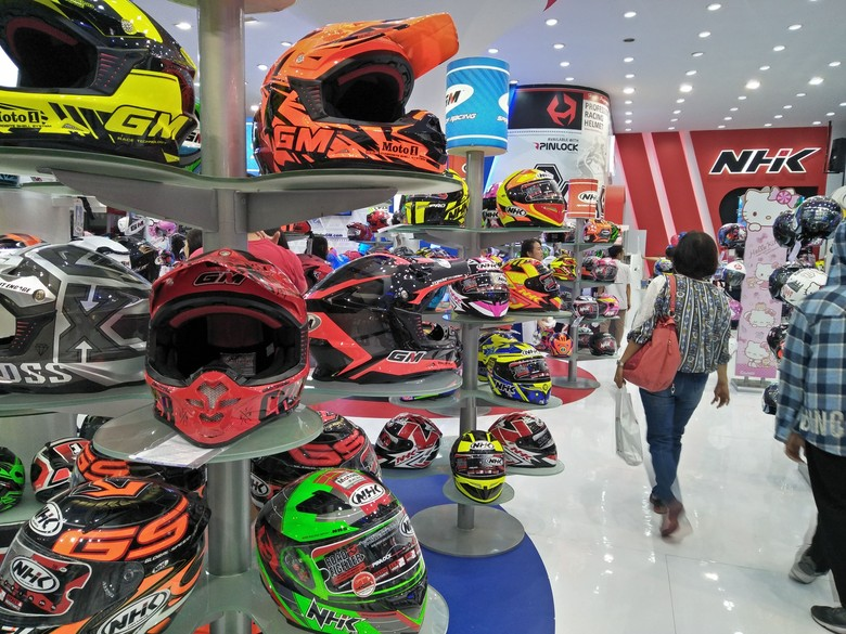 Lelang helm di PRJ. Foto: Ruly Kurniawan