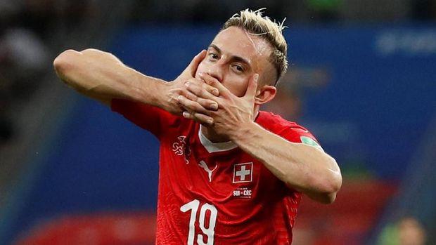 Josip Drmic sukses mencetak gol kedua untuk Swiss.