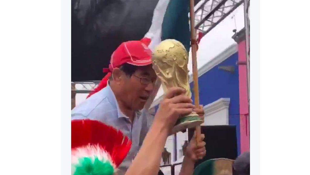 Saking Gembiranya, Fans Korsel Diarak Fans Meksiko