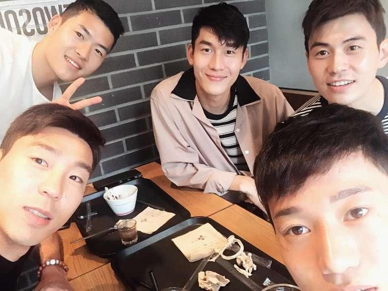 Bersama dengan teman-temannya. Timnas Korea Selatan, Lee Yong tampak sedang menikmati espresso yang bisa bikin mata melek. Foto: Instagram young_lee2
