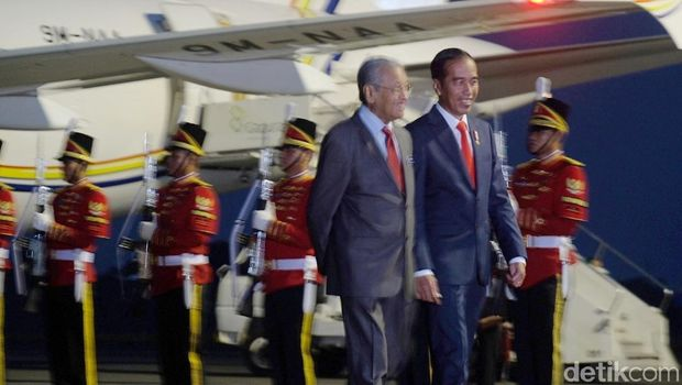 Tiba di Indonesia, Mahathir Disambut Jokowi