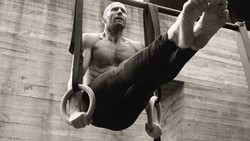 Jason Statham akan muncul di film The Meg. Pria yang lekat dengan peran macho ini selalu pamer otot kekarnya. Apa sih rahasianya? Intip yuk!